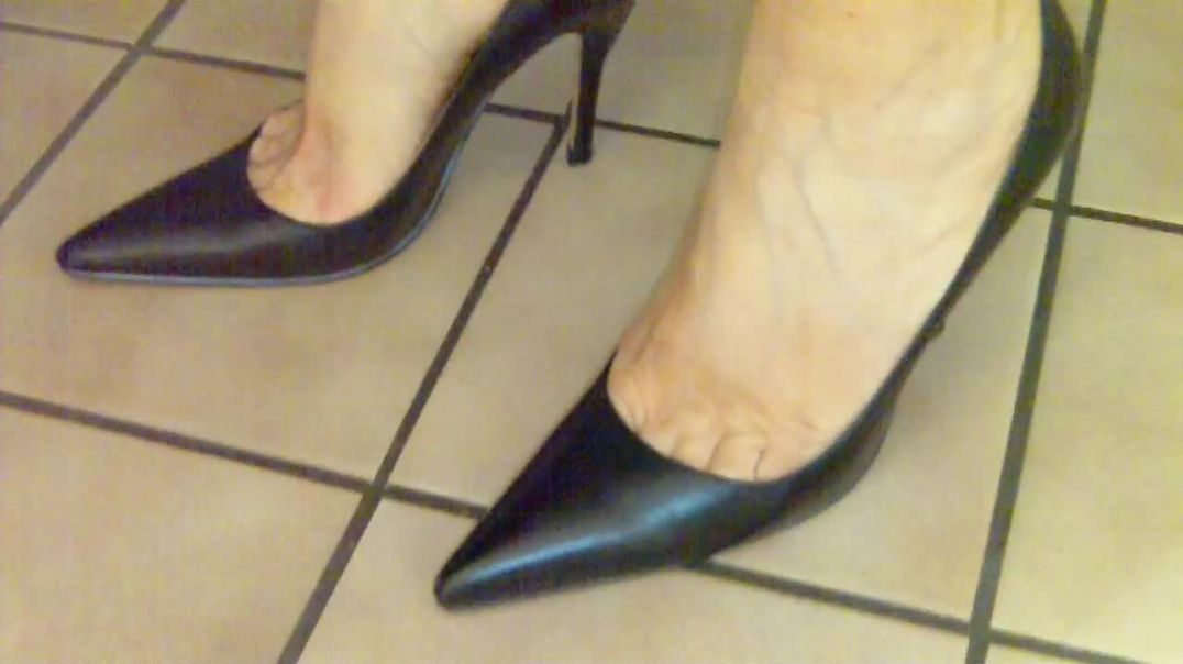 Squeezed Toes in Black Pumps (10cm)