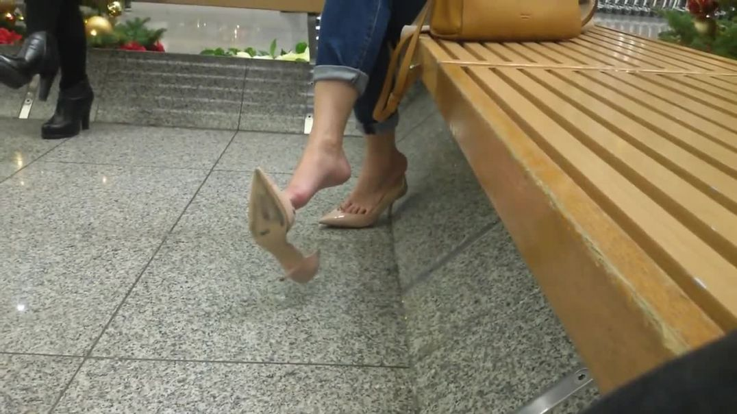 Candid Shoeplay at the mall