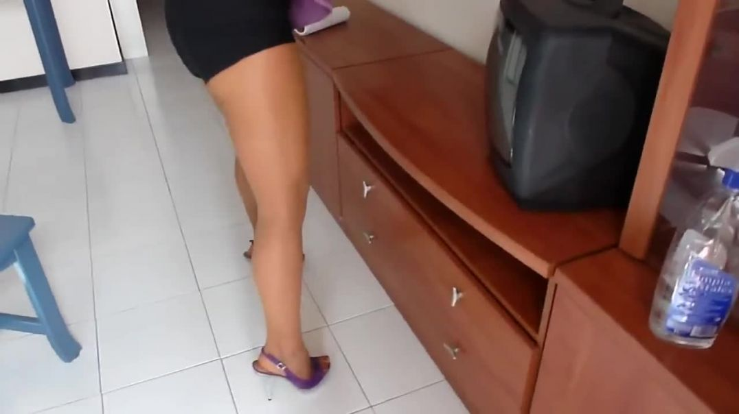 Cleaning the house in sexy highheeled Slingbacks