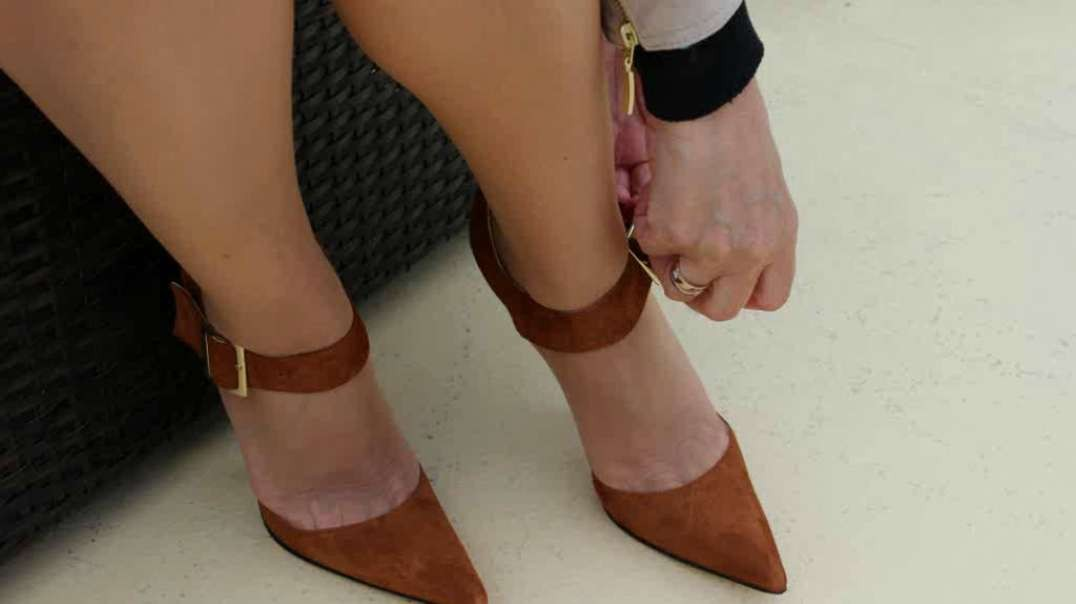 Squeezed toes  in steep brown suede pumps (15cm) (1)