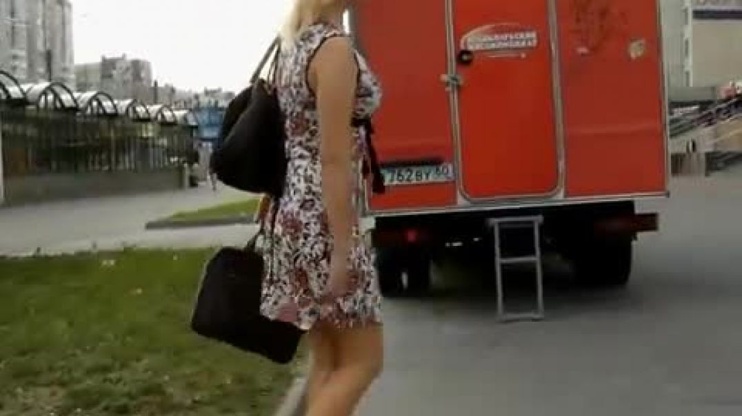 Street Candid - Russian Girl in sexy Mules - upskirt