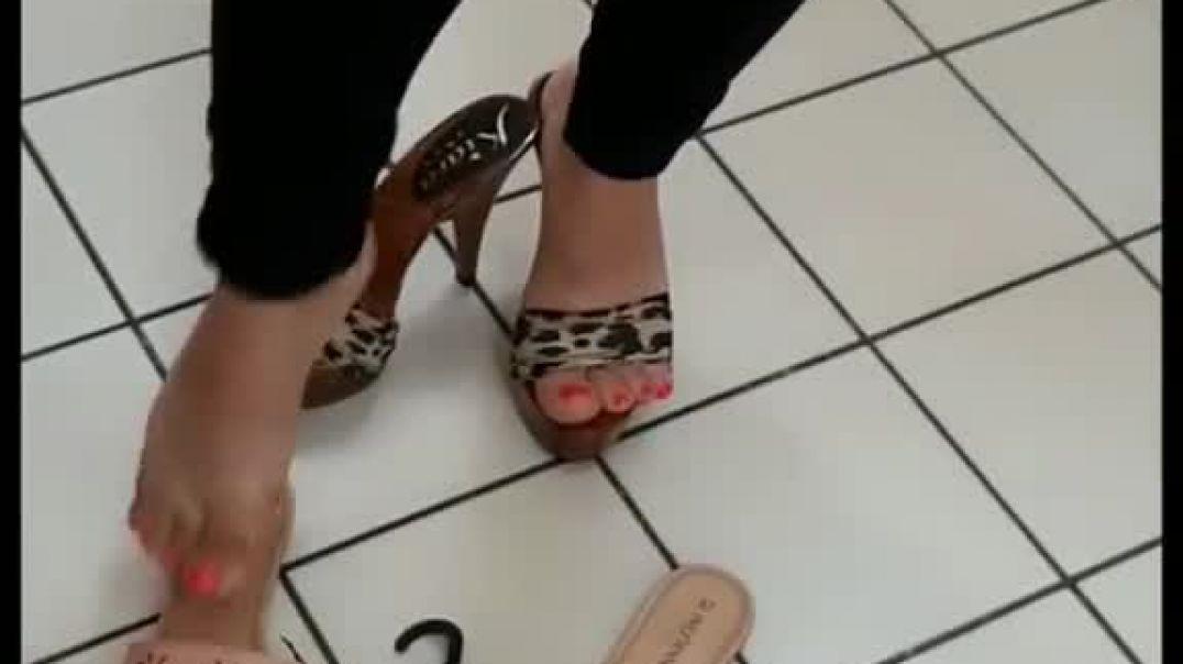 Candid - Shoe Shopping in sexy Kiara Zoccoli