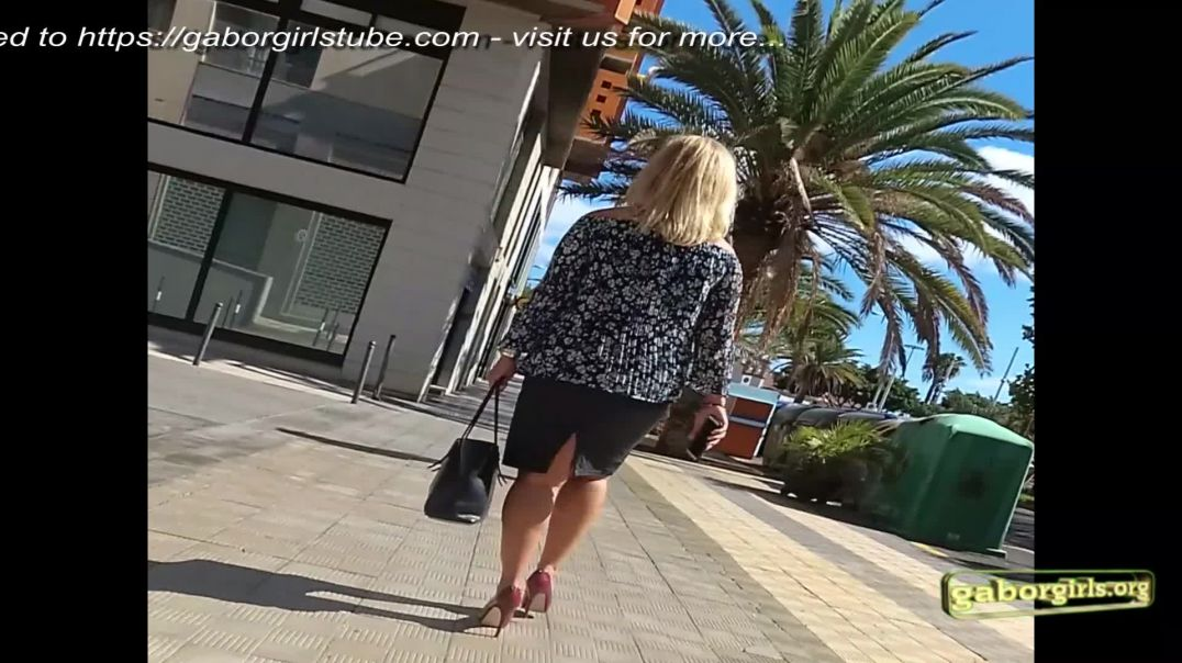 Street Candid - Stunning Blonde MILF in Red Highheels