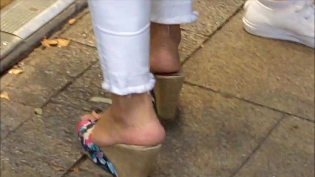 Street Candid - Sexy Wedges in Slowmo