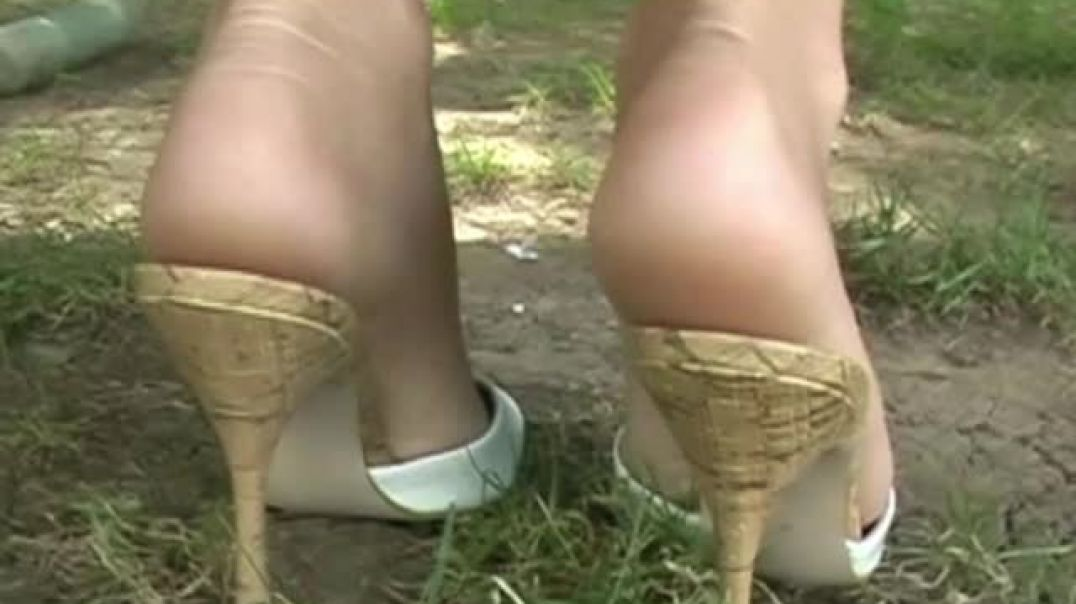 Cute Blonde in sexy Mules doing the Soleman-Show