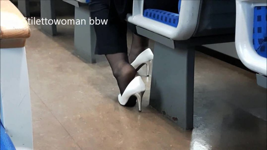 Shoeplay in Train, Stilettowoman bbw