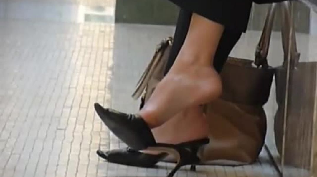 Street Candid - Italian Mature Business Lady in Pointy Mules